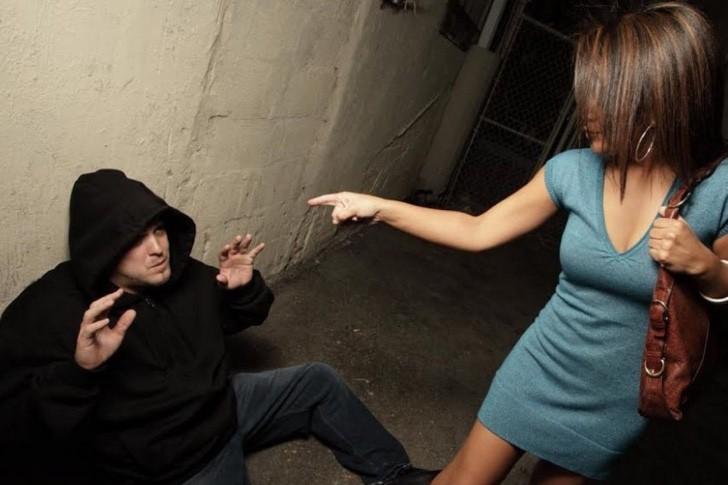 Волосатые ноги у женщины отпугнут даже самого смелого: оригинальные чулки для защиты от злоумышленников