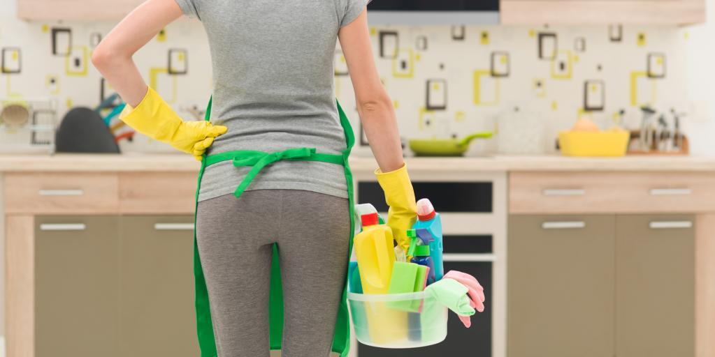 Парень навел беспорядок на кухне и пригласил свою девушку, чтобы проверить, станет ли она хорошей женой