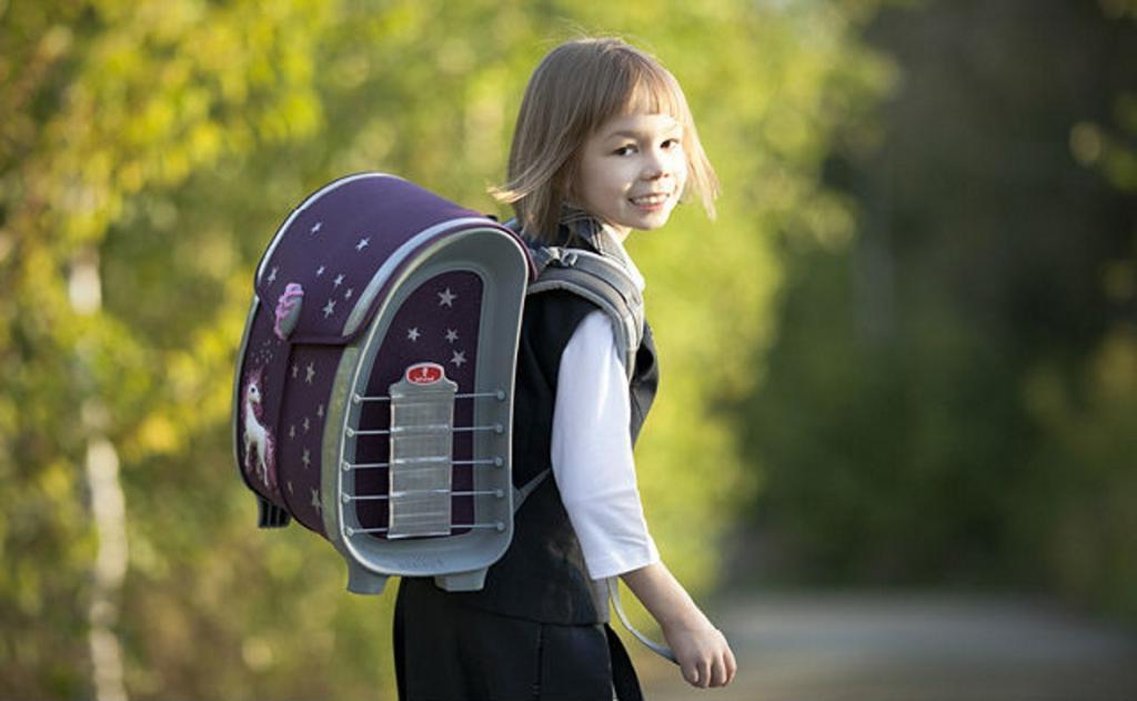 Ребенок сам идет в школу: «репетиция» маршрута, яркая одежда и другие очень важные моменты такого путешествия