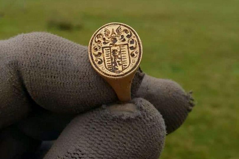 Сюрприз из 17-го века: женщина нашла золотое кольцо эпохи Карла II на озере Лох-Ломонд, его стоимость - 17 тысяч фунтов стерлингов