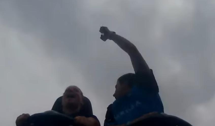 Сверхчеловеческая ловкость: кто-то уронил свой айфон во время движения на американских горках, и этот парень поймал его на скорости 130 км/ч