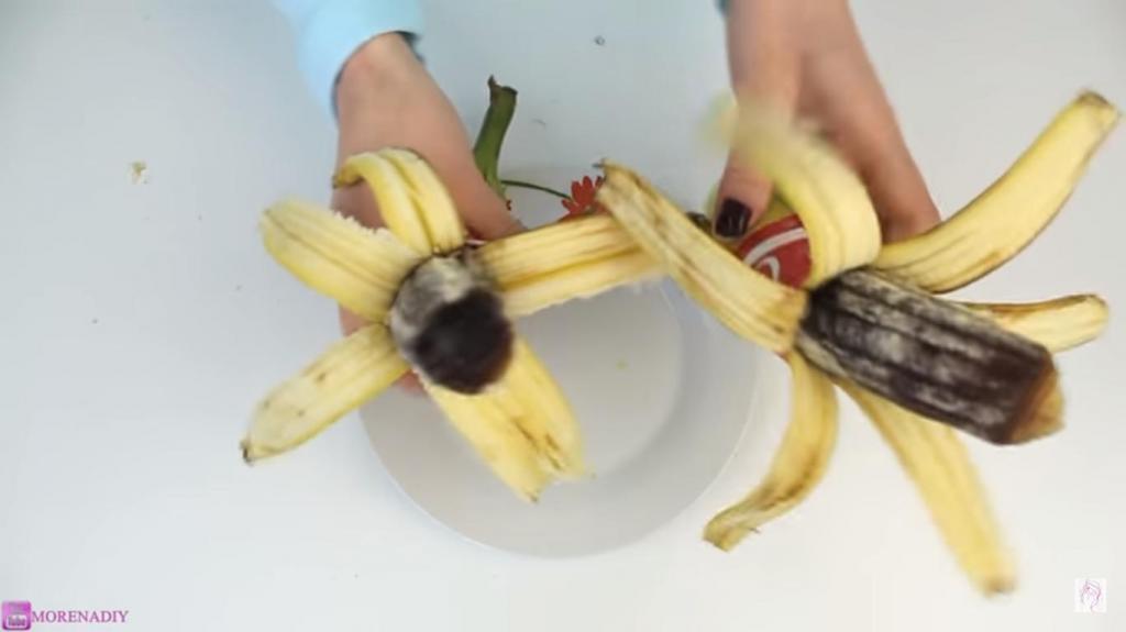 """Девушка залила внутрь банановой кожуры """"Кока-Колу"""" и приготовила необычное лакомство"""