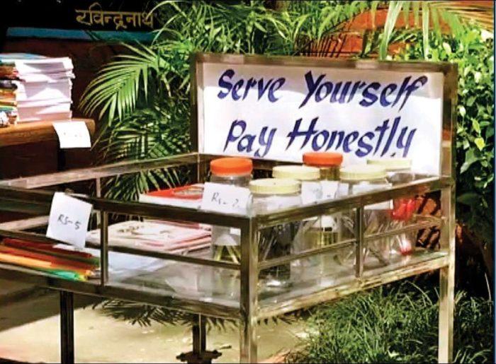Нет хозяина и видеонаблюдения: этот школьный магазин в Индии торгует, опираясь на честность