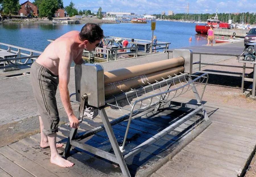 Древняя традиция мыть ковры: в Финляндии моют ковры на специальных пирсах, и это для них - праздник
