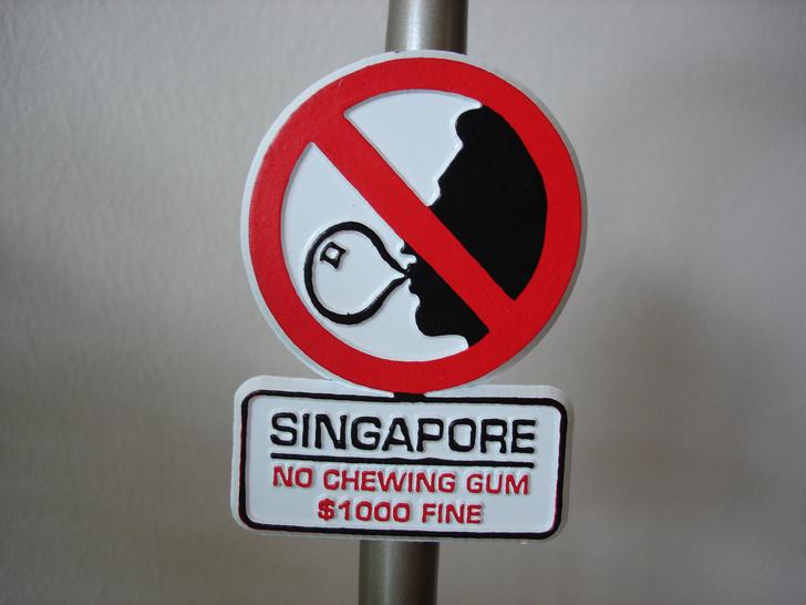 Азия не перестает удивлять остальной мир: крышки от канализации похожи на шедевры, а в полиции Таиланда работает обезьяна