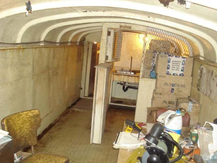 Масштабный проект: мужчина в одиночку 40 лет строил бункер на 500 человек из 42 школьных автобусов