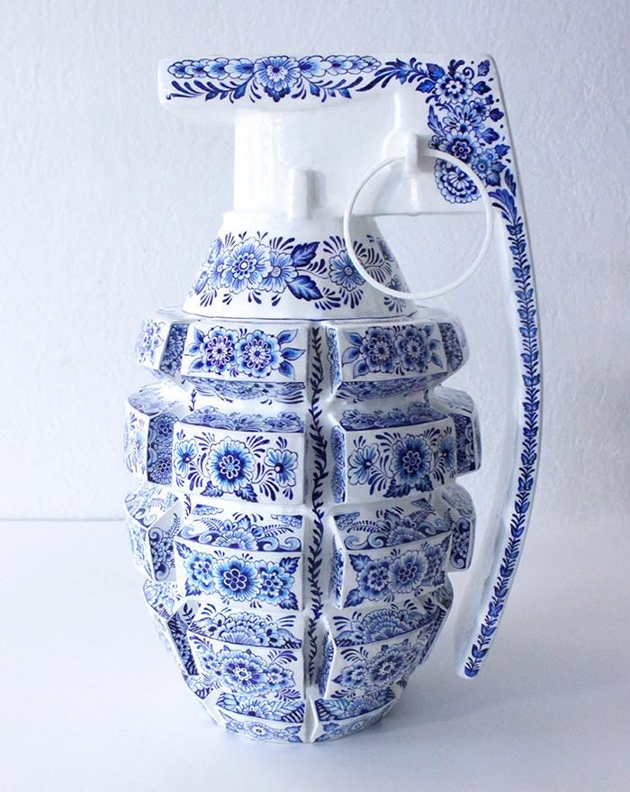 """Сила и женственность в работах французской художницы, создающей изящную """"керамику"""" в виде оружия"""