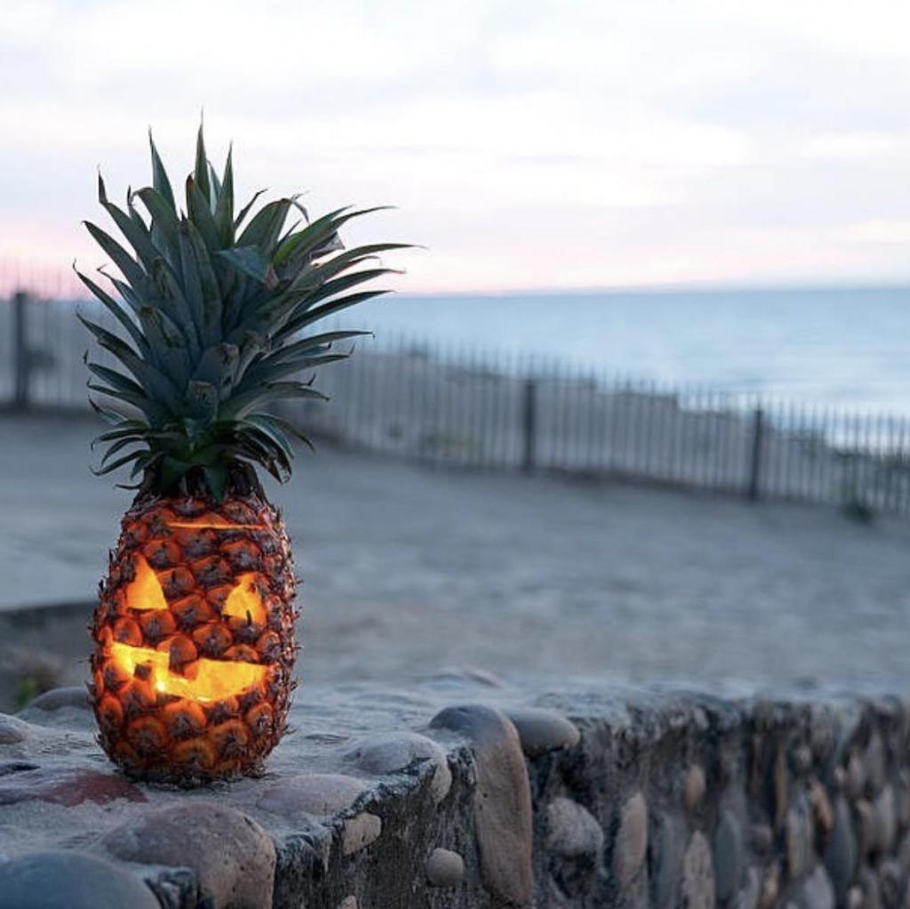 Хэллоуин с тропической ноткой: ананасы страшнее тыкв