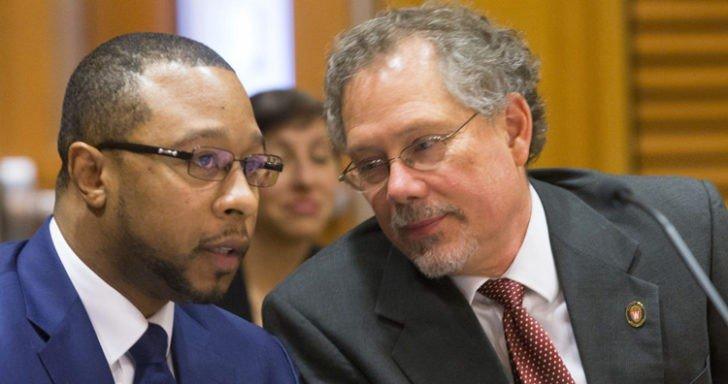Невиновный мужчина изучал право, пока находился за решеткой: когда он вышел, то стал юристом и теперь борется за справедливость