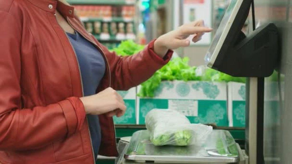 Неправильно взвешивают продукты, активно дегустируют печеньки: покупатели тоже обманывают супермаркеты