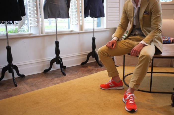 Эффект бардовых кроссовок: креативность в одежке ведет к успеху…