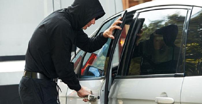 Перед тем как оставить машину, посмотрите, нет ли вставленной в зазор между ручкой и замком монетки