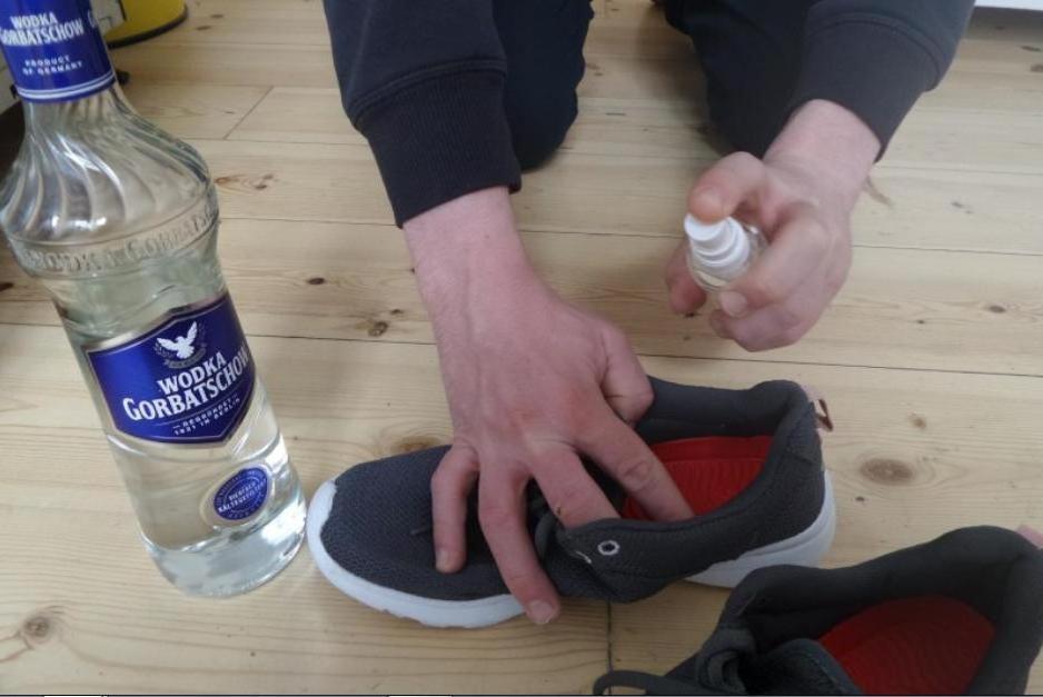 Удалять плесень, запах табака и освежать обувь мне помогает обычная водка: делюсь маленькими хитростями