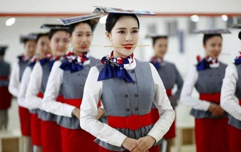 От идеальной улыбки до нейтрализации преступников: через что приходится пройти женщинам в Китае, чтобы получить работу стюардессы