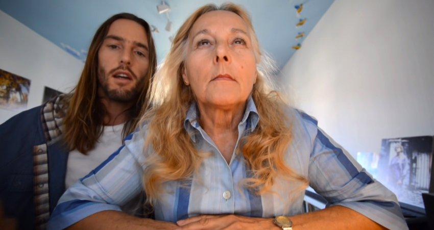 Парень очень хотел найти своей матери пару; он потратил целый год, создавая секретное видео: и у него все получилось