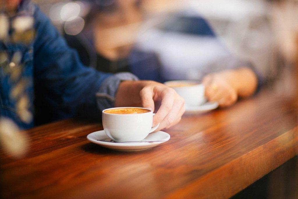 Плюсы и минусы: что произойдет с вашим организмом, если вы начнете пить чай вместо кофе