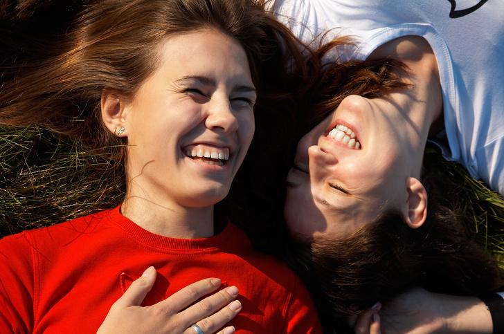 Ученые доказали, что женщины любят своих близких друзей больше, чем партнеров
