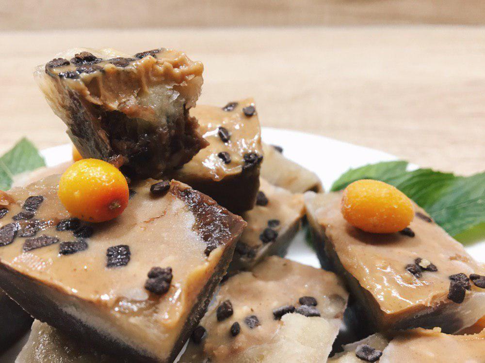 Полезные домашние сладости: как сделать замороженные конфетки из фиников, банана и арахисового масла