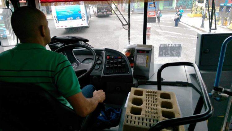 У отца не было денег на проезд сыну-школьнику. Тогда он решил угостить водителей автобусов кофе