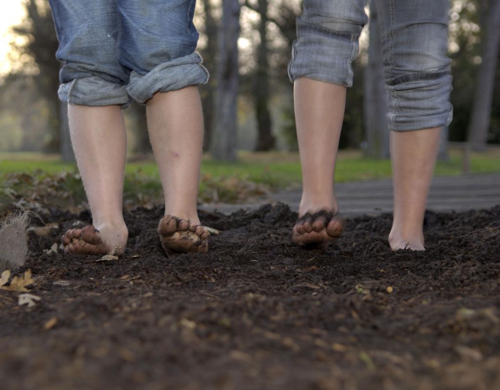 Соседка по даче, не боясь грязных ног, почти всегда ходит босиком. Теперь я стараюсь делать так же