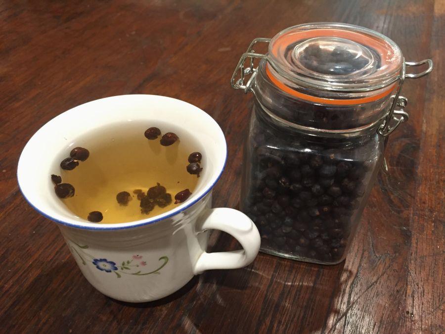 Эфирные масла, витамин С и дубильные вещества. Диетологи считают, что ягоды можжевельника отлично очищают организм и помогают похудеть