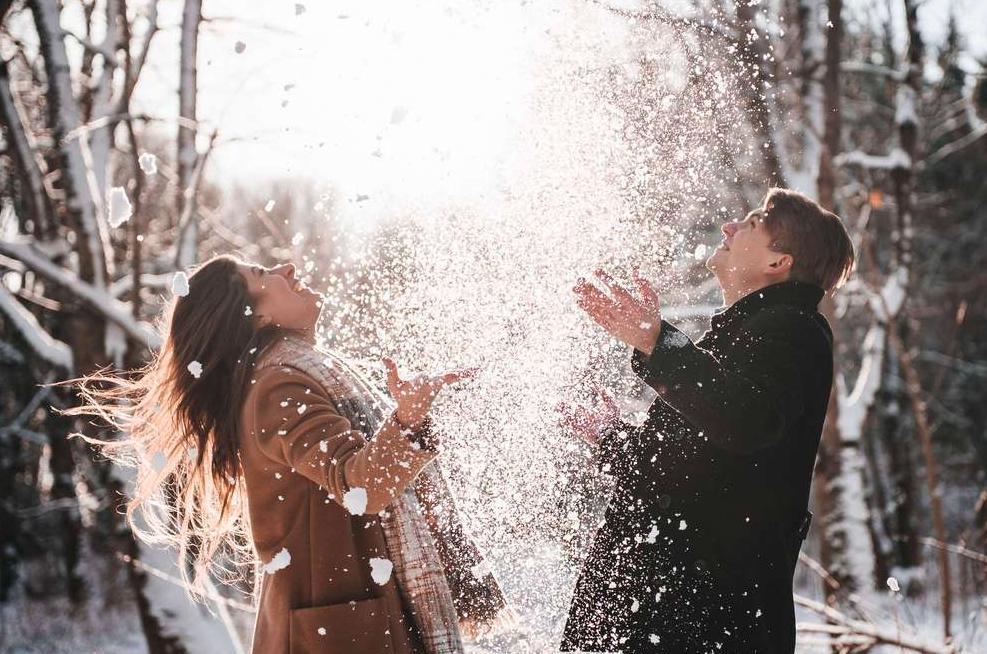 Поцелуй под снегом картинка