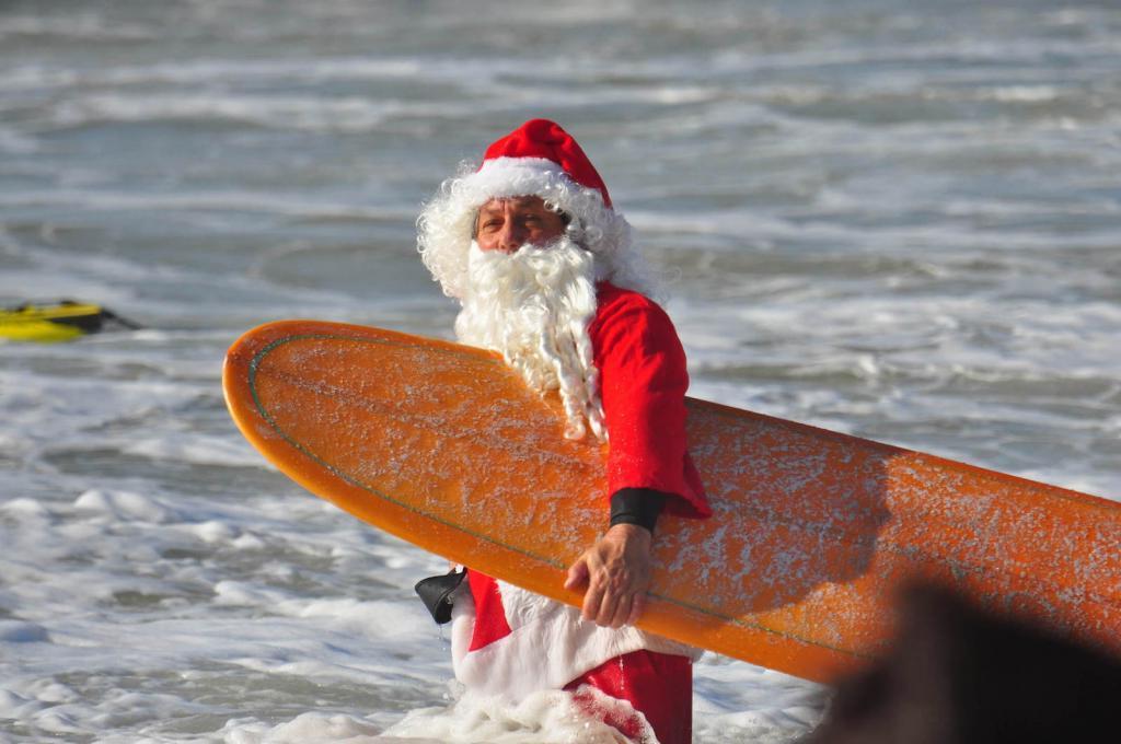 """Около 600 """"Санта-серфингистов"""" наводнили побережье Флориды на ежегодном мероприятии Surfing Santa"""