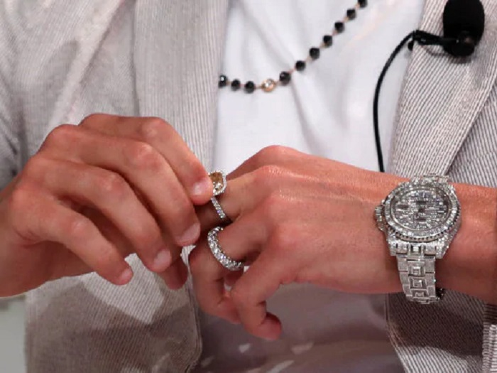 На Международной спортивной конференции в Дубае Криштиану Роналду демонстрирует ювелирные украшения на $ 1,2 млн