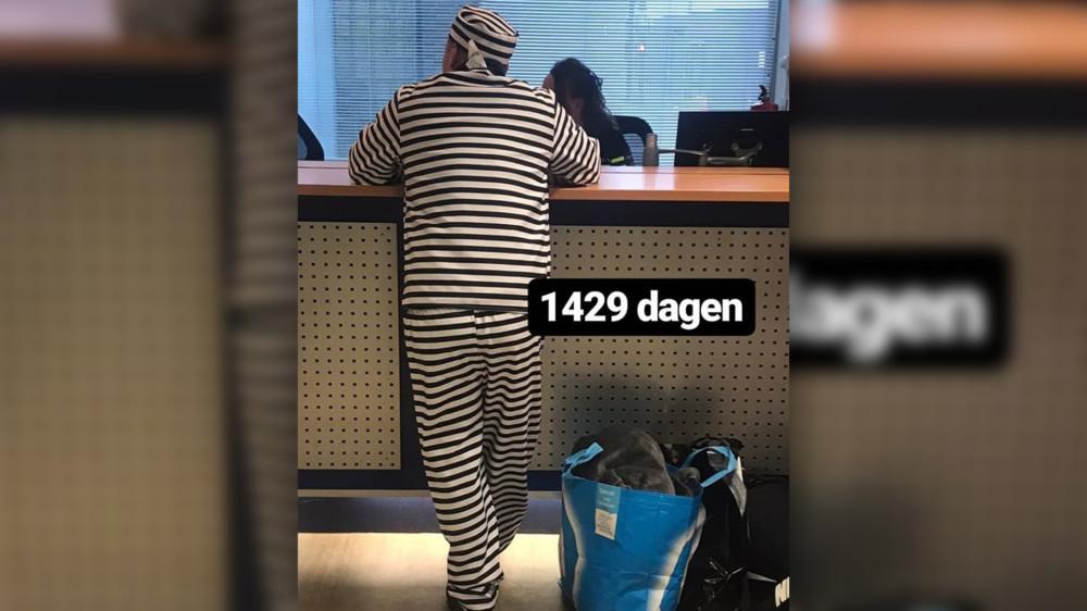 Голландец, одетый в костюм заключенного, пришел сдаваться в тюрьму. Выйдет он через 1429 дней