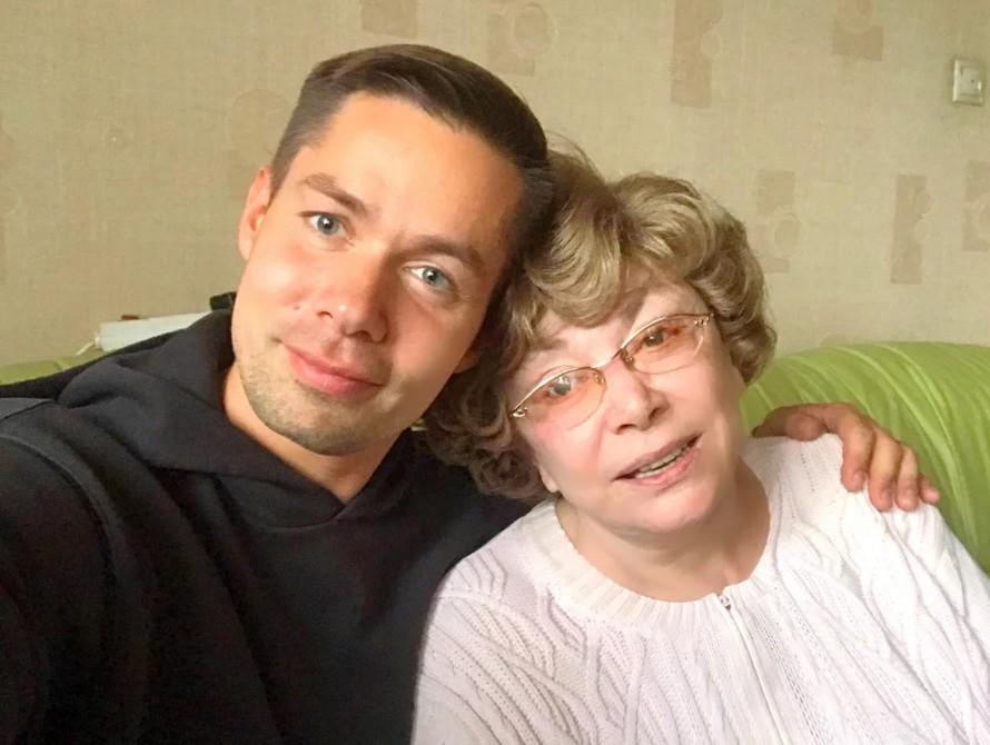 Стас Пьеха порадовал подписчиков красивым снимком со своей известной бабушкой и ее двумя правнуками
