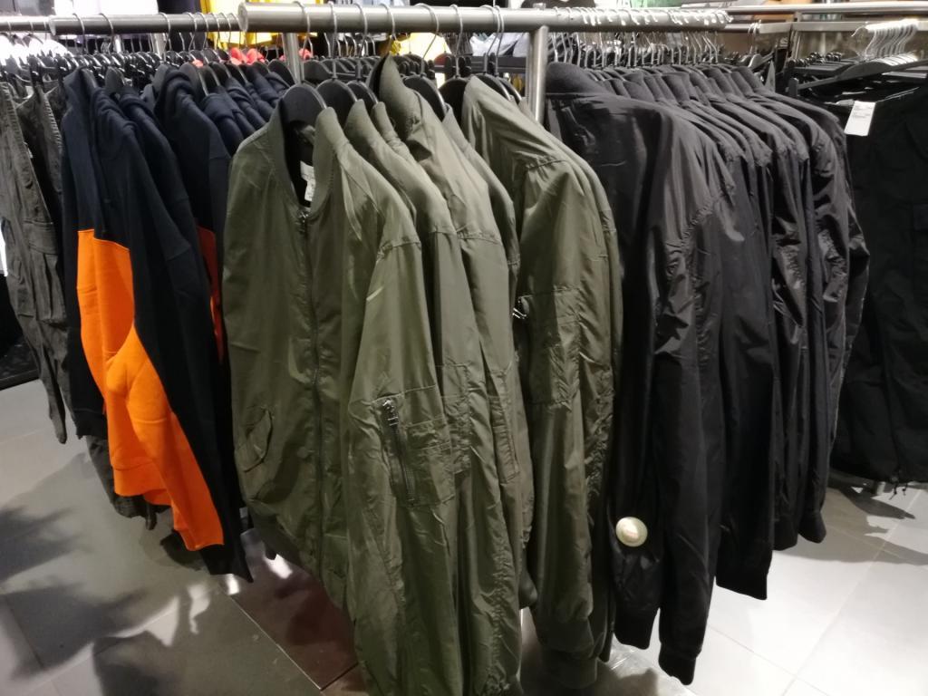 Мужчина купил куртку в секонд-хенде. Когда он увидел в кармане деньги, сразу же пошел в полицию