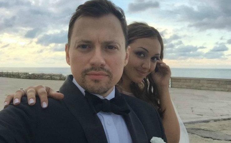 """Звезда сериала """"СашаТаня"""" редко показывает в соцсетях новую жену, а она у него очень привлекательная: фото"""