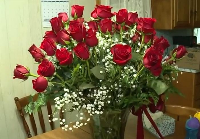 Ничто так не греет кровь, как любовь: пенсионер в течение 64 лет на годовщину свадьбы приносит жене целую охапку роз
