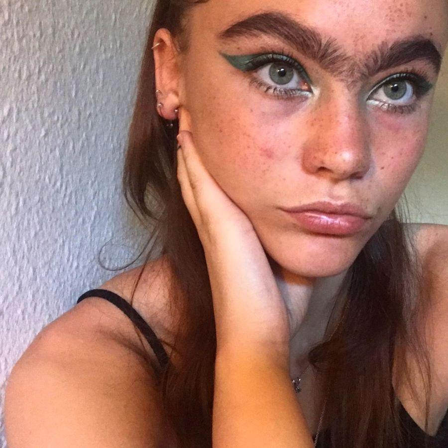 Девушка перестала выщипывать брови и сейчас утверждает, что завалена предложениями о свидании
