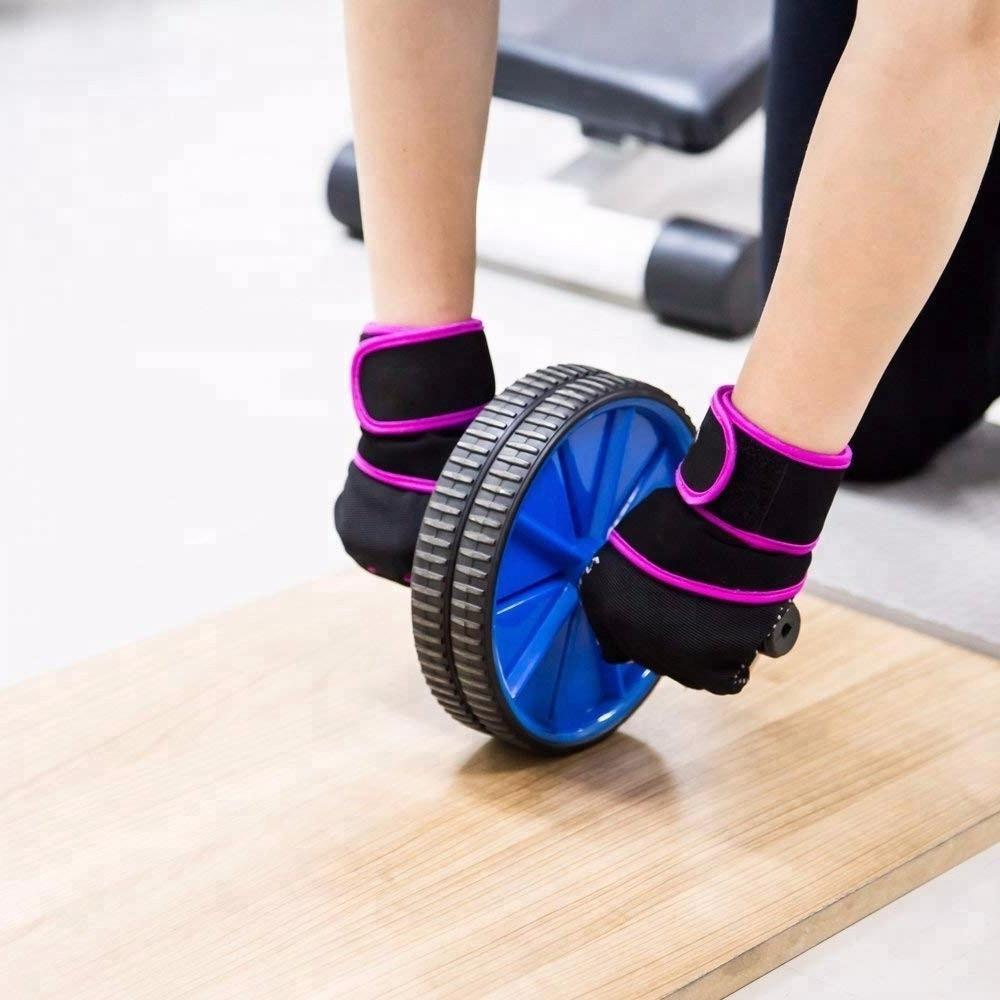 Не упасть на пол лицом: как правильно использовать колесо для фитнеса