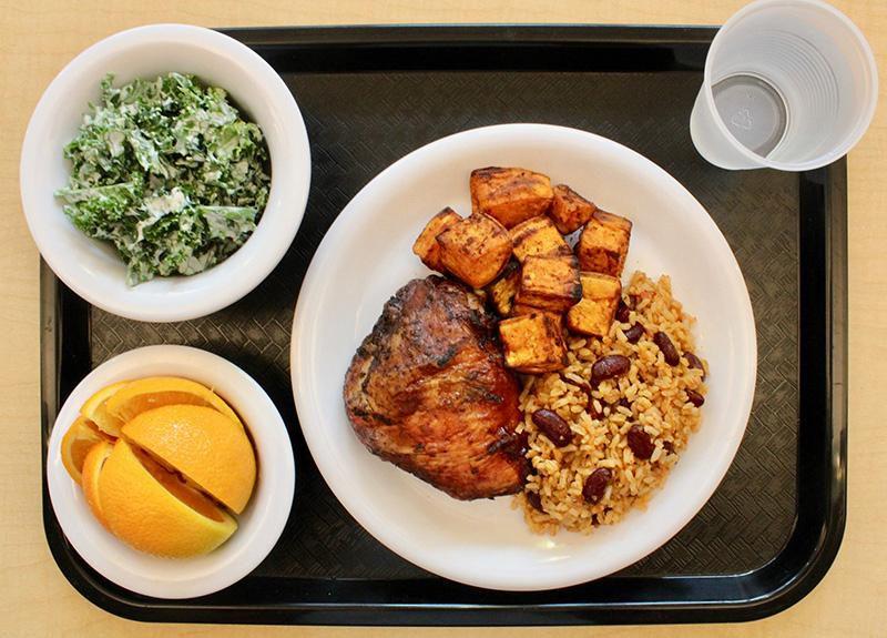 """Высокая кухня на переменке: как бывший шеф-повар провел """"ребрендинг"""" в американской школьной столовой"""
