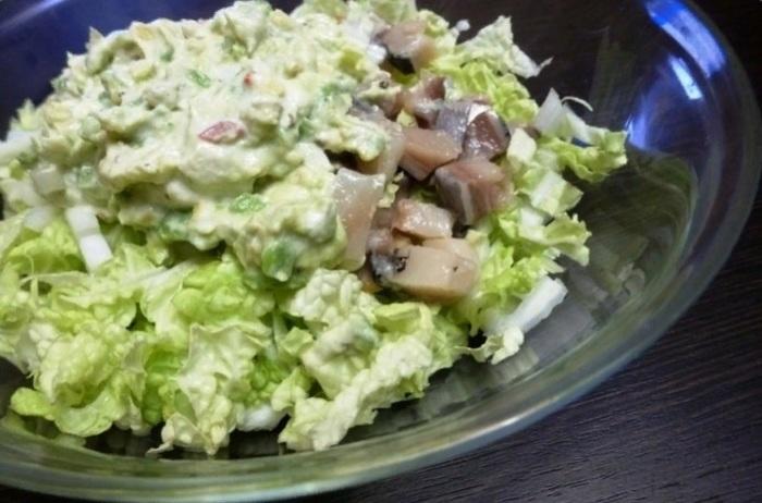 Просто и полезно: смешала соленую сельдь с пекинской капустой, заправила и получила полезный, безумно вкусный салат (рецепт)