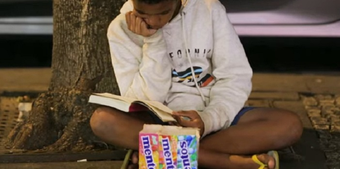 13-летний мальчик из Бразилии, продавая конфеты на улице, читает книги. Покупатели им восхищаются