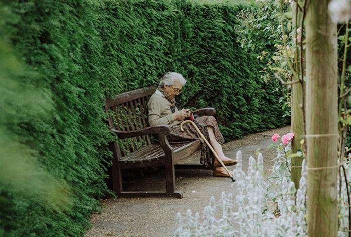 92-летняя женщина была вынуждена переехать в дом престарелых: она не огорчилась, и поведала 5 простых правил счастья