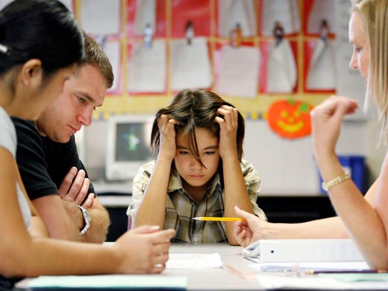 Они все делают вместо них: какое поведение родителей плохо влияет на детей