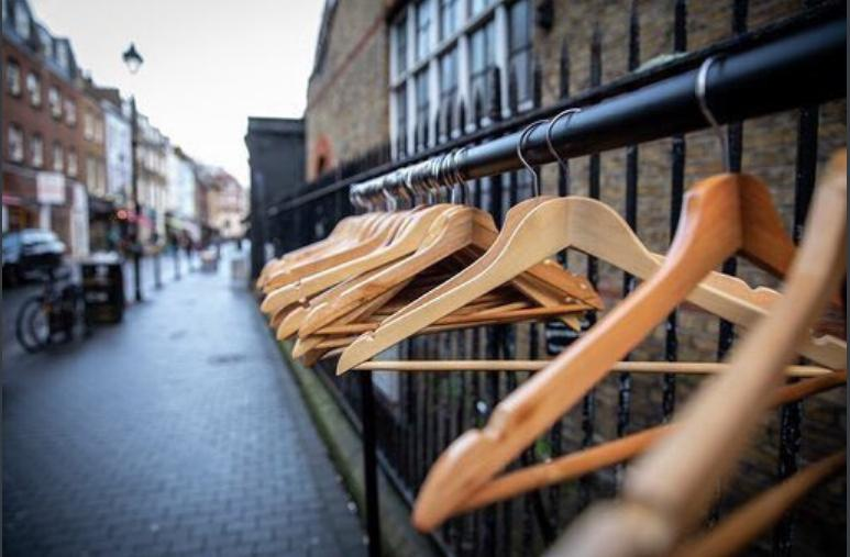 Мост-гардероб: в Глазго провели благотворительную акцию для бездомных людей
