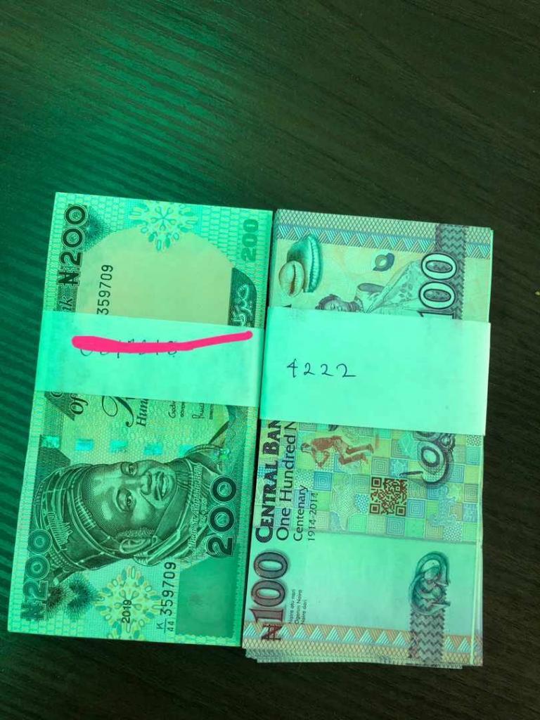 Девушку попросили оставить номер телефона, но она отказала: парень написал свой на двух упаковках банкнот