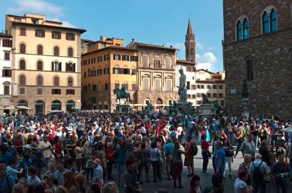 10 мест и городов в Европе, которые в последнее десятилетие стало невозможно посещать из-за туристов