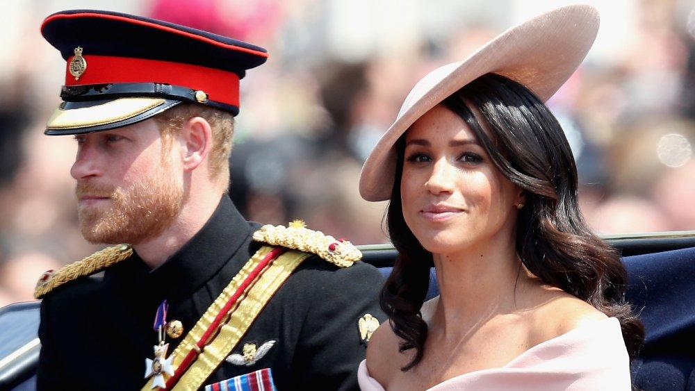 Возможно, придется попрощаться со своим свадебным платьем. Что будет с гардеробом Меган Маркл после отказа от королевских обязанностей