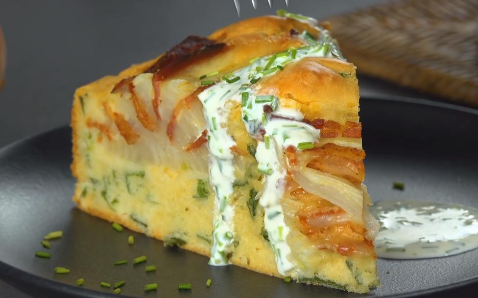 Немец поделился фирменным рецептом лукового пирога. В разрезы луковиц он кладет ломтики бекона и сыра