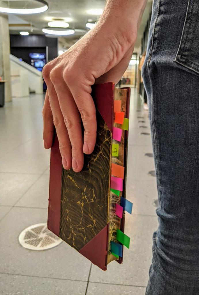 Книга годами пылилась в библиотеке, и люди решили устроить ей «отпуск мечты»