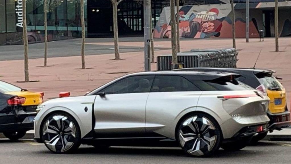 В Сети появились фото загадочного электрокроссовера Renault на улицах Барселоны