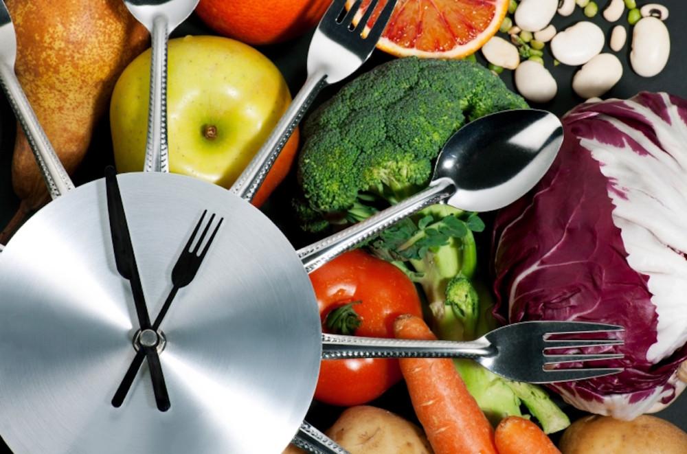 Смена часовых поясов и регулярное питание: что мешает человеку сбросить вес