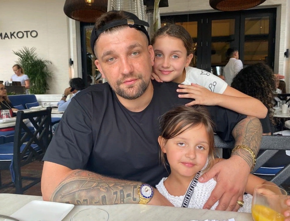 Рэпер Баста десять лет счастлив в браке и воспитывает дочек-красавиц (новые фото)