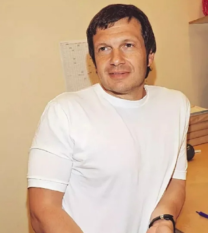 Как Владимир Соловьев зарабатывал в 80-е годы, задолго до своей карьеры ведущего политических шоу? Чтобы обеспечить семью, он был и дворником, и бизнесменом